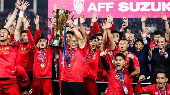 Ông Park rạng rỡ bên chiếc cúp vô địch AFF Cup 2018 - Ảnh: NGUYỄN KHÁNH