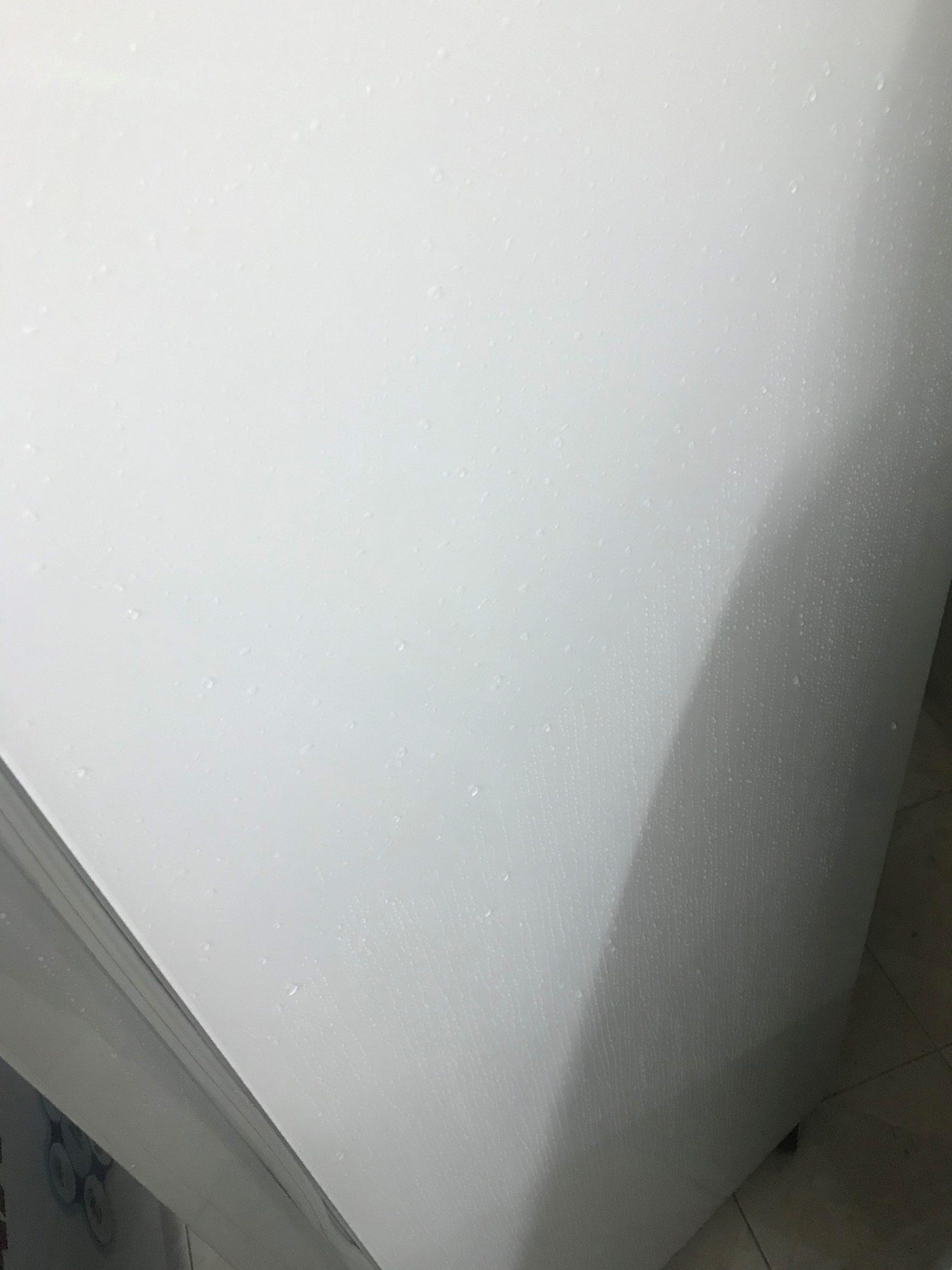 Tủ mát bị đổ mồ hôi? Nguyên nhân và cách khắc phục