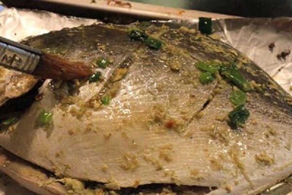 ướp gia vị vào cá
