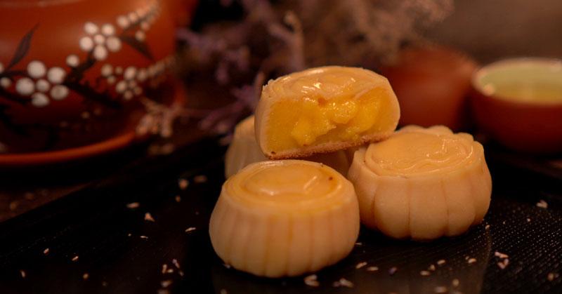 Hướng dẫn làm bánh trung thu nhân trứng muối tan chảy cực hấp dẫn